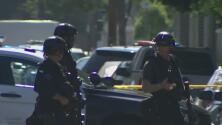 Sospechoso armado se atrinchera y siembra el pánico en un edificio del centro de Los Ángeles