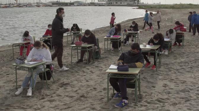 Clases en la playa: la nueva normalidad para primaria española
