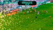 Insectos invaden cancha durante partido de la Copa Diego Armando Maradona