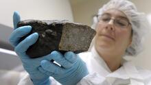 Un meteorito atravesó el techo de su casa y luego cayó en su almohada mientras dormía