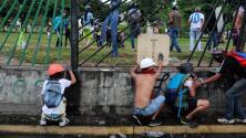 Opositores tumban rejas de base aérea militar en protesta por muerte de joven venezolano