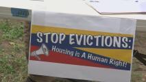 Protestan en carpas en Raleigh para crear conciencia sobre los desalojos