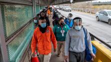 """Abbott califica como """"crisis humanitaria"""" el masivo éxodo de inmigrantes en la frontera de Texas"""