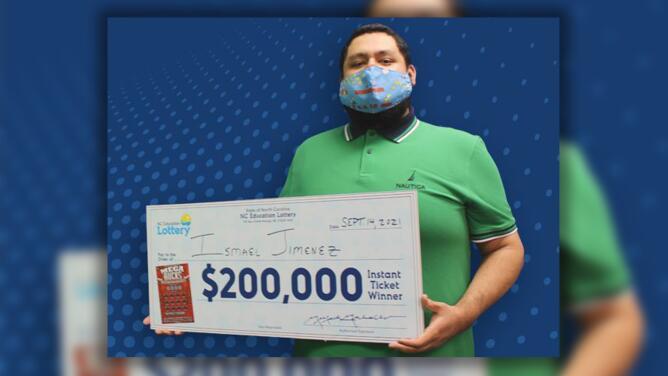 """Hispano dice que fue """"un sueño"""" ganar la lotería y sorprende a sus padres con un inesperado regalo"""