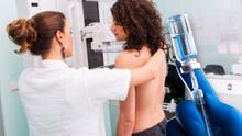 Mujeres reportan supuesto aumento del tamaño de su busto luego de recibir la vacuna de Pfizer contra el covid-19