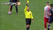 Tarjeta amarilla. El árbitro amonesta a Michael Murillo de New York Red Bulls