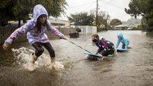 Poderosas lluvias sobre áreas secas y quemadas: el clima extremo golpea California