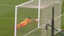 ¡Nooo! El poste le vuelve a negar el gol a Aubameyang