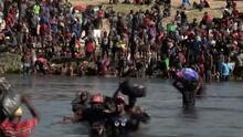 El impresionante 'timelapse' que muestra a miles de migrantes cruzando en pleno día el Río Grande hacia EEUU
