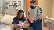 Una mujer da a luz en estacionamiento de hospital con la ayuda de una guardia de seguridad
