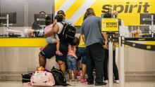 """""""No hay ninguna respuesta"""": pasajeros del sur de Florida, frustrados por la cancelación de vuelos de Spirit"""