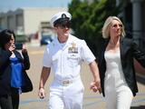 Oficial de la Marina acusado de crímenes de guerra es declarado no culpable por una corte marcial de San Diego