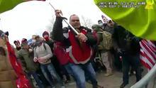 Nuevos videos del asalto al Capitolio muestran a manifestantes atacando a varios policías