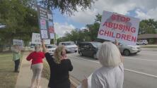 Manifestación en Dallas por supuesto trato diferente a dos estudiantes que no usaban mascarilla