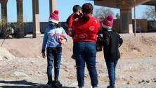 Familias y niños siguen llegando a la frontera ante falsas noticias de que los están dejando cruzar a EEUU