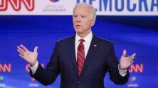 Biden habla sobre su nuevo plan de educación universitaria gratis y Sanders le dice que él lo propuso primero