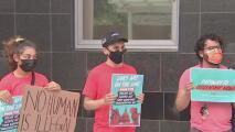 """""""Tristeza y decepción"""": el sentir de jóvenes tras fallo de juez que frena nuevas solicitudes de DACA"""