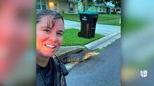 Cocodrilo se 'entromete' en el selfie que se está tomando una policía de Florida