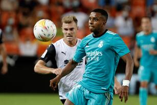 Gracias a la asistencia de Karim Benzema y el gol de Vinicius, permitieron al Real Madrid remontar al Valencia durante los últimos minutos de su visita a Mestalla con marcador de 2-1 y seguir con el liderato en LaLiga tras la quinta jornada.