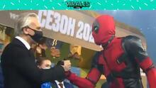 Artem Dzyuba recoge medalla de campeón vestido como Deadpool