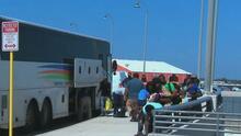 Cientos de migrantes que estaban debajo del puente en Del Río están siendo liberados o trasladados a centros de detención