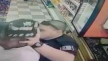 Cámara de seguridad graba a policía golpeando a un hombre durante un brutal arresto