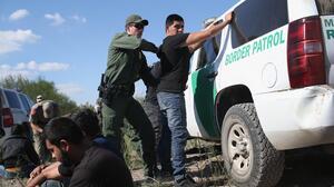 Lo que se sabe sobre el bloqueo temporal de la orden de Texas dirigida al transporte de migrantes