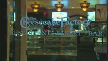 Buscan al hombre que lanzó un artefacto explosivo al restaurante Cheesecake Factory en Pasadena