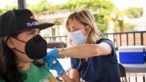 ¿Quiénes serán los primeros en la lista para recibir una tercera dosis de la vacuna contra el coronavirus?
