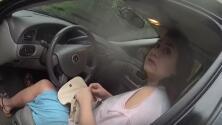 Policías deciden el arresto de una mujer lanzando una moneda y queda grabado con su cámara corporal