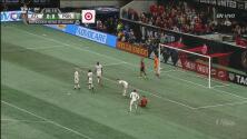 ¡Gran atajada de Attinella que le negó el gol al United!