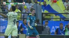 ¡No! Roger Martínez falla el penalti ante Pachuca