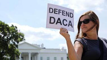 Juez de Texas ordena al gobierno de Biden suspender el procesamiento de nuevos permisos de DACA