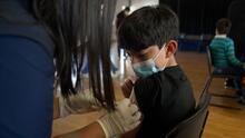 ¿Temes que tus hijos sufran una complicación por la vacuna contra el covid-19? Un doctor responde tus dudas