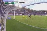 ¡Lo va a soñar! Orrantia evita el gol de Rodrigo Aguirre con una barrida