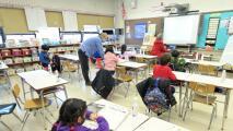 """""""Es un momento histórico"""": JB Pritzker firma ley sobre la inclusión en el plan educativo de Illinois"""