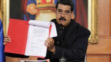 """Maduro firma convocatoria a una """"Asamblea Nacional Constituyente"""" en medio de protestas de oposición"""