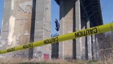 Video: El misterio del auto que apareció colgando en un puente de Toronto