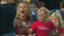 """""""La vi llorar"""": niño de 10 años se hace viral por regalarle una pelota de foul a una pequeña en un juego de béisbol"""