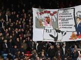Aficionados del Crystal Palace muestran pancarta caricaturizando la compra del Newcastle