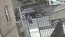 Jóvenes golpean a una anciana con su propio bastón