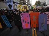 """Cientos protestan contra el racismo en Oakland mientras """"algunos agitadores"""" vandalizan la estación de Policía"""