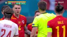 ¡Expulsión! El árbitro saca la roja directa a Harry Wilson.