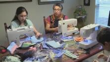 Mujeres de San Antonio fabrican cubrebocas para médicos locales