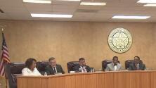 Mesa directiva del Distrito Escolar de Stafford discute pago de oficiales escolares