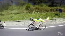 Este ciclista rebasó a todo el mundo sin pedalear y haciendo la pose de Superman