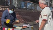 Vendedores ambulantes se benefician por el juego entre Gigantes y Dodgers