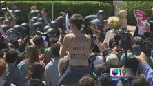 La llegada de Trump a Burlingame provocó protestas