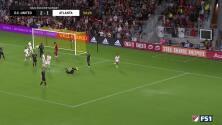 Con un mágico manotazo el portero Bill Hamid evita el gol del argentino Héctor Villalba