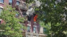 Buenos samaritanos rescatan a dos niñas de un edificio en llamas en El Bronx